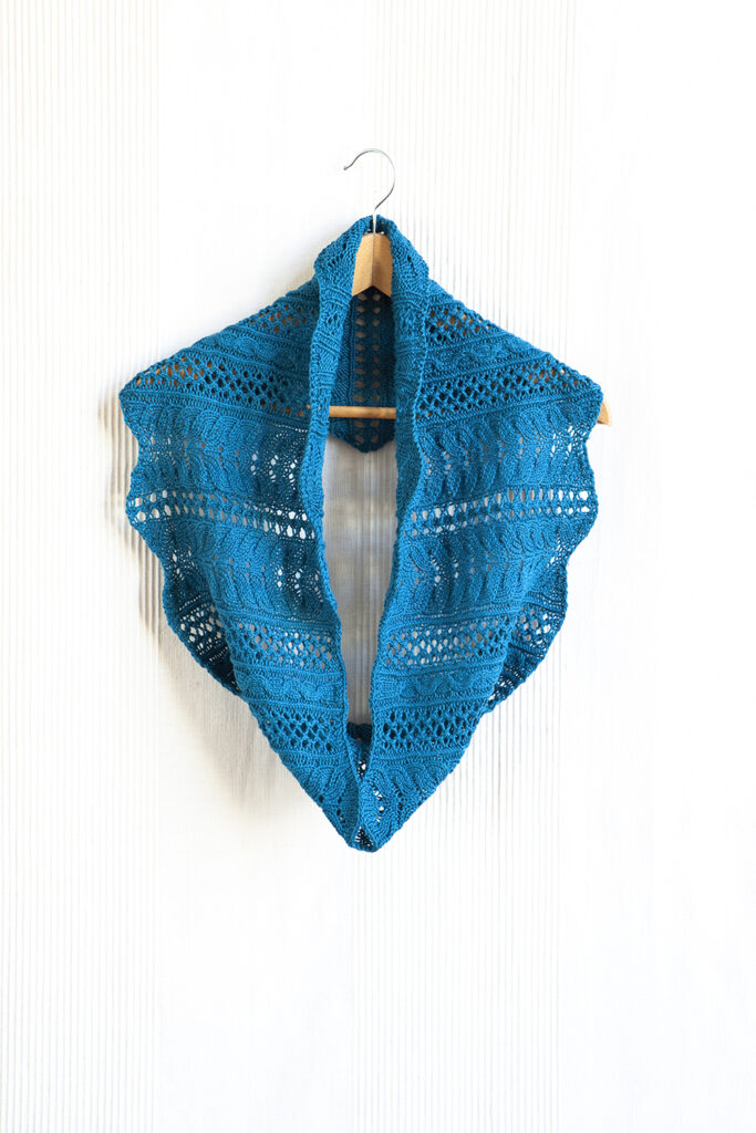 Pavão lace and cable cowl